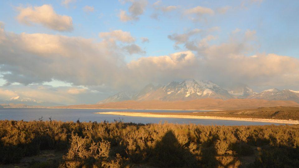 Pohled na štíty parku Torres del Paine za rozbřesku