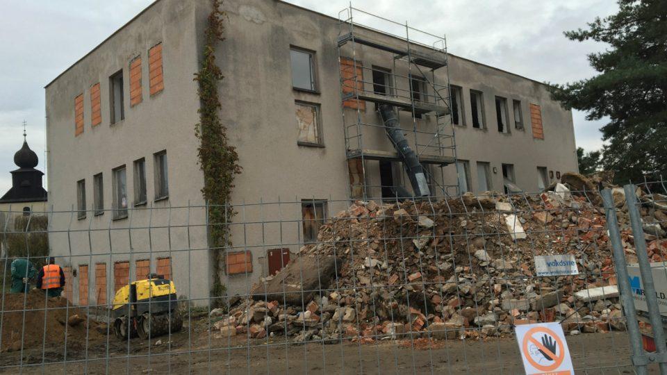 Přestavba domu v Řečanech nad Labem začala