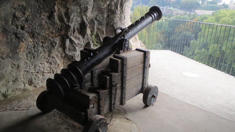 Staré dělo v jedné ze střílen nejspíš pamatuje francouzské obléhání