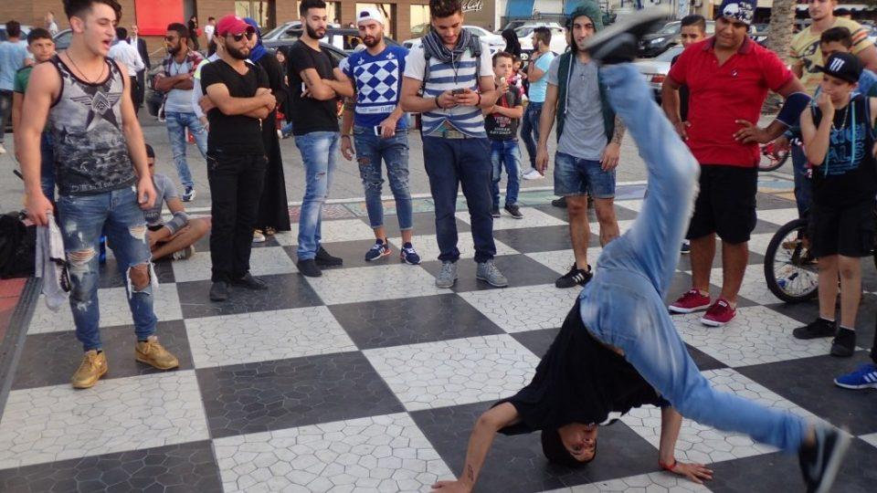 Kluci z chudých předměstí cvičí na nábřeží break-dance