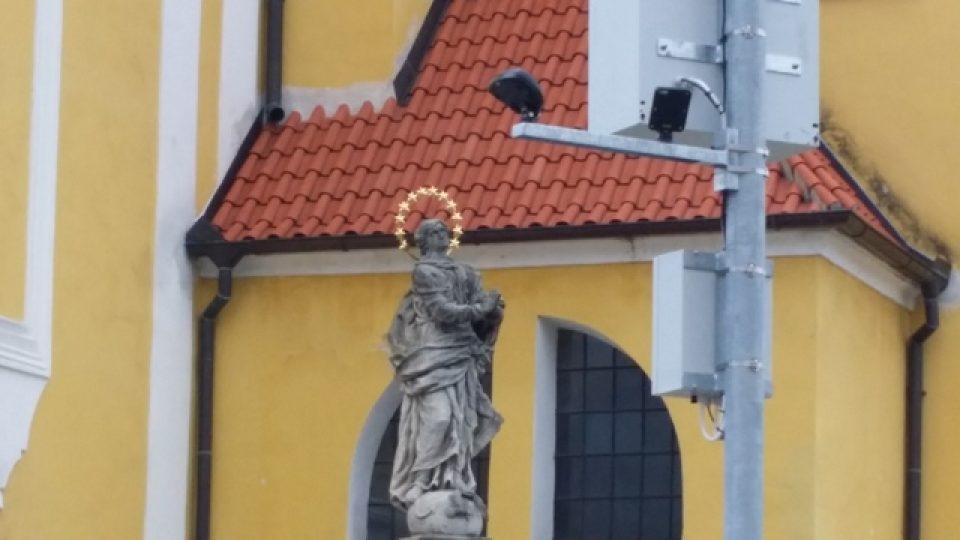 Lidem ve Vlachově Březí vadí, že zařízení pro osvětlení přechodu narušuje pohled na kostel