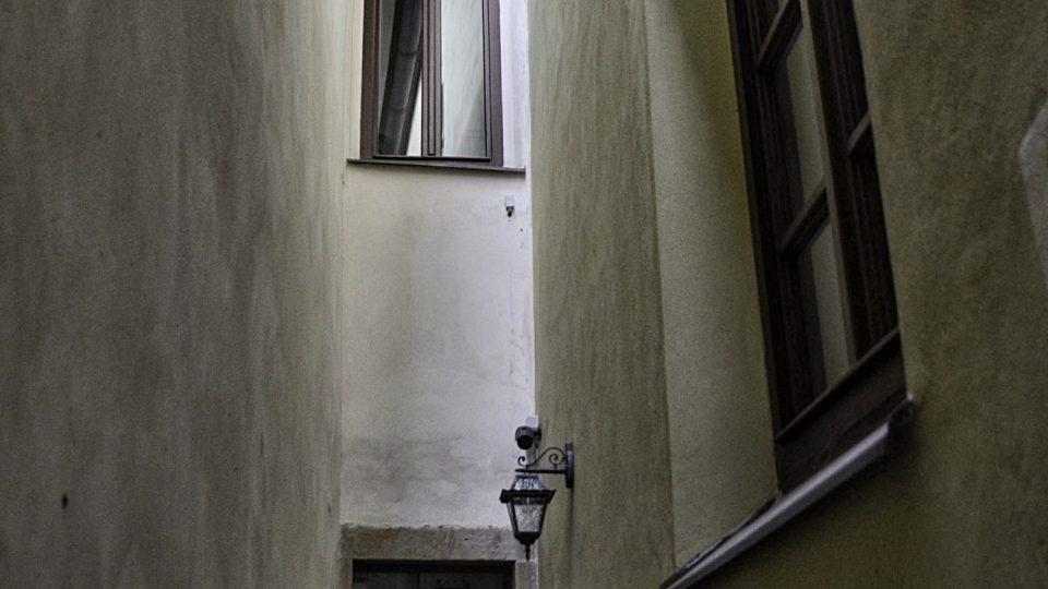 Spojovací ulička do synagogy pochází ze středověku