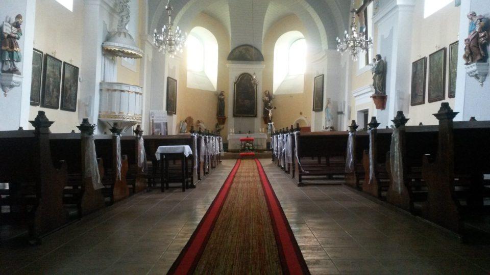 Jediiným rovným prostorem je nová podlaha kostela