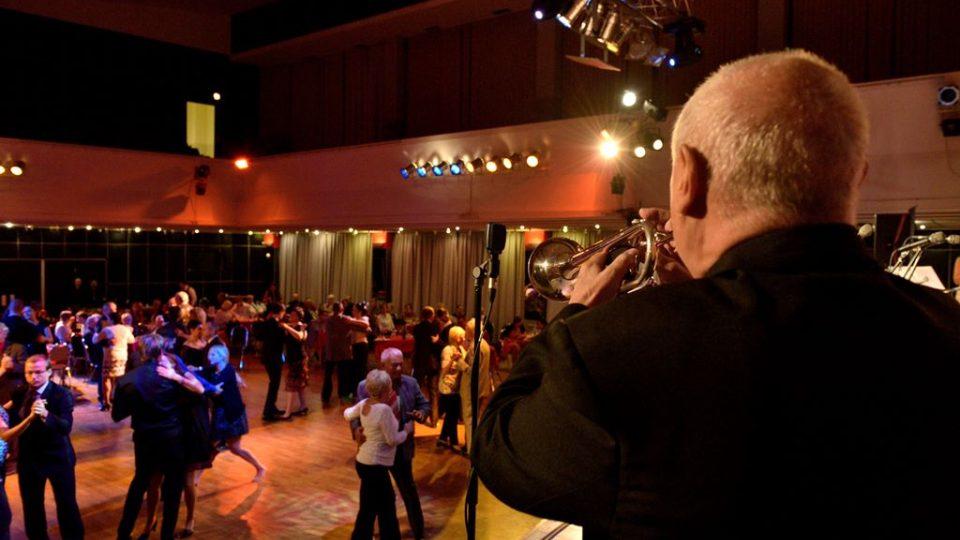 Rozhlasová tančírna v DK Metropol v Českých Budějovicích se ve středu 27. října 2016 nesla v rytmu swingu. Vystoupili The Swings a Rozhlasový swingový orchestr