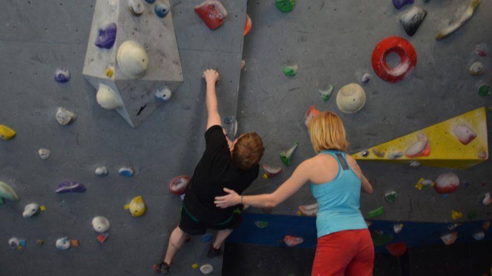 Nováčkovi s technikou často ochotně poradí zkušenější lezci