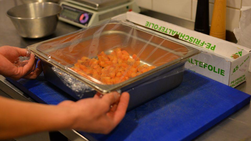 Zbylé meruňky nakrájíme na drobné kostičky, které vyložíme na plech vymazaný máslem