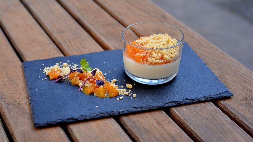 Smetanový krém z karamelizované bílé čokolády s meruňkami a oříšky