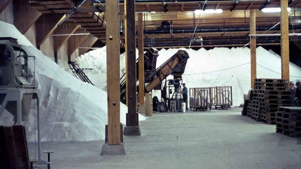 Pod budovou bývalého solivaru je solné ložisko o mocnosti minimálně čtyři kilometry