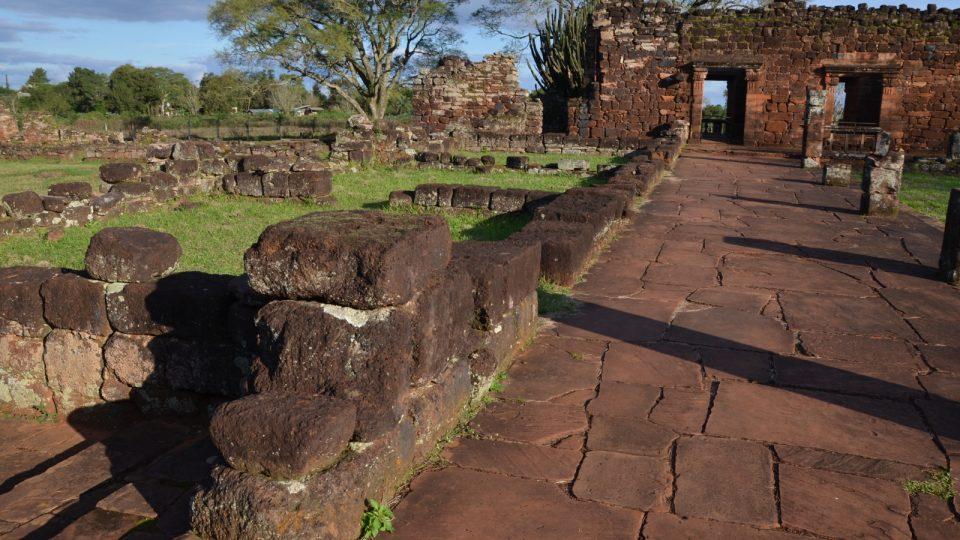 Tady bývaly dřív dílny. Pekařství, tesařství, zahradničení - zkrátka všeho. Indiány tu učili Jezuité