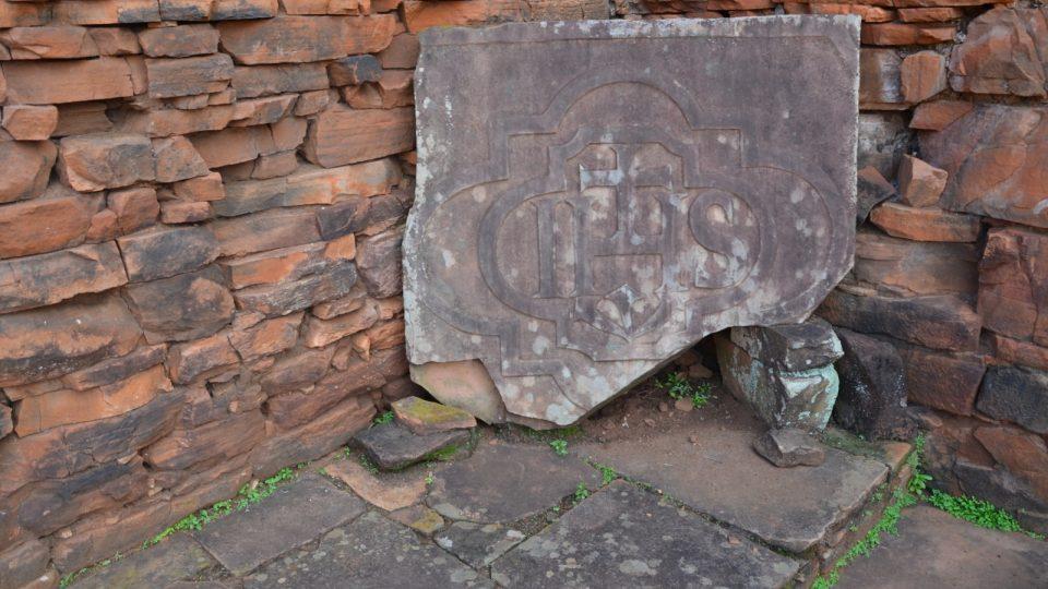 Zbytky výzdoby kostela se nachází uvnitř. Všechny předměty byly rozkradeny postupem času