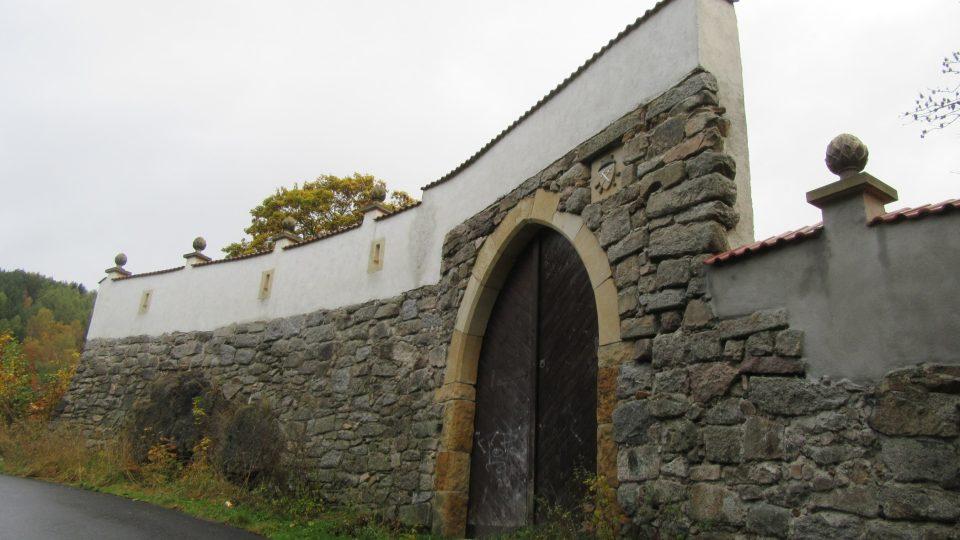 Dochovaná hlavní brána hradu