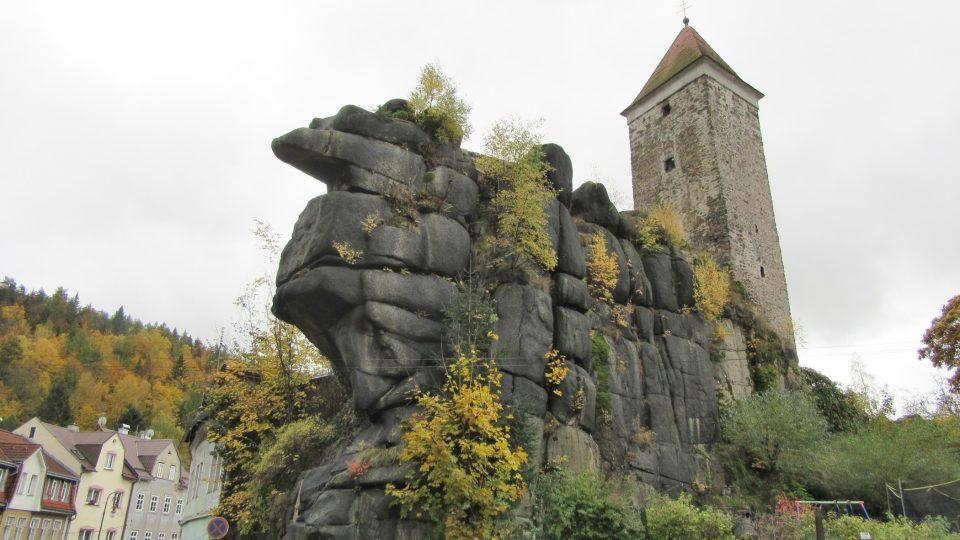 Hrad stojí na monumentální skále