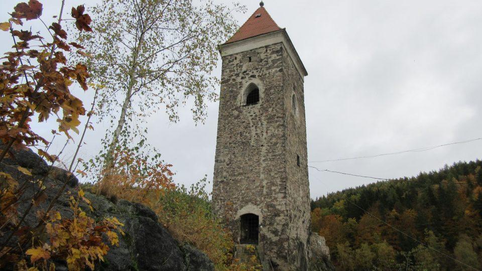 Hradní věž je nepřehlédnutelná z širorka daleka