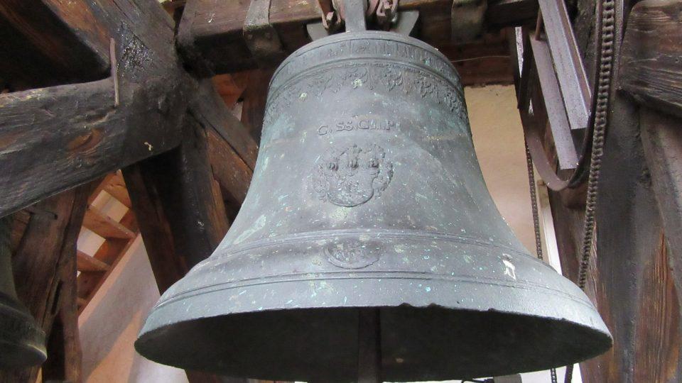 V hradní věži jsou od 16. století dva zvony