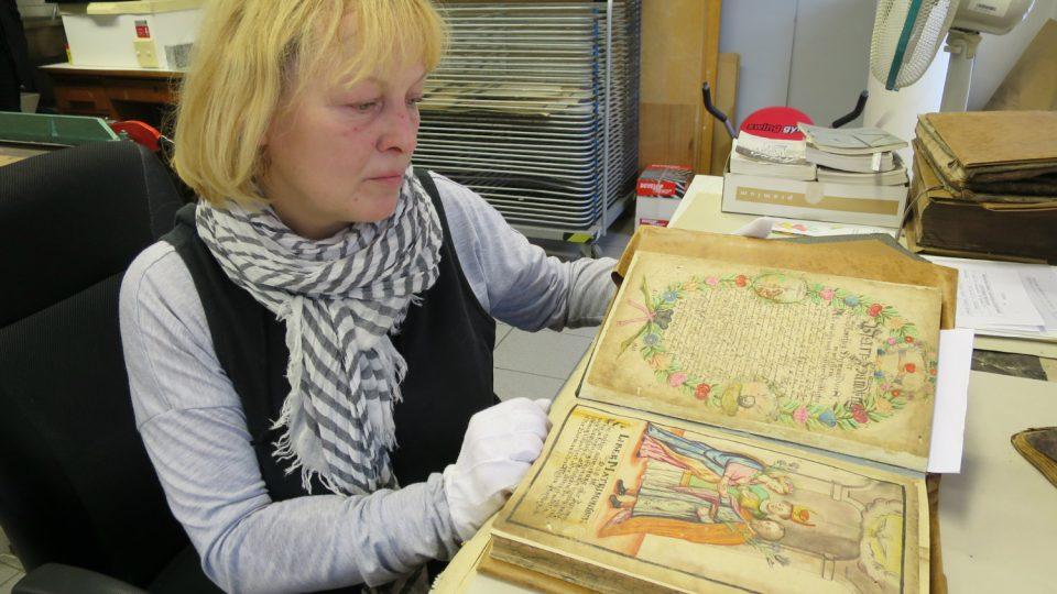 Konzervátorka Státního oblastního archivu v Zámrsku Jitka Mládková začíná pracovat na restaurování matriky z Heřmánkovic