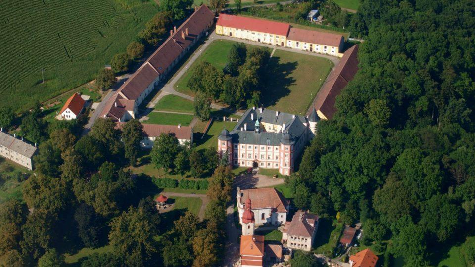 Letecký pohled na areál zámku v Zámrsku, kde sídlí Státní oblastní archiv
