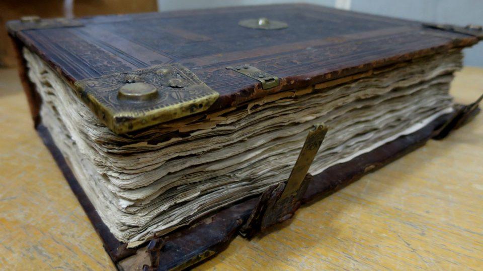 Nejstarší pozemková kniha, uložená v Zámrsku, pochází z éry Viléma z Pernštejna a byla založena v roce 1508