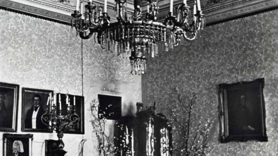 Takhle vypadaly interiéry zámku v Zámrsku před rokem 1945, kdy zámek vlastnila rodina Gottlů