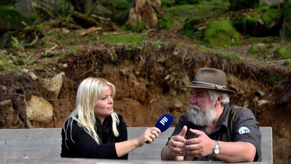Autorka pořadu Máme rádi zvířata Jana Urbanová a vedoucí informačního centra v Srní Jiří Kec