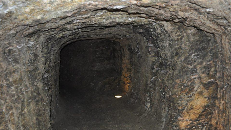 Hlavní chodba je asi 35 metrů dlouhá a necelé dva metry široká