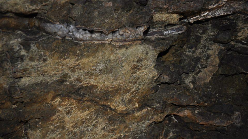 Na stěnách je vidět žilkování různých druhů křemenné hmoty