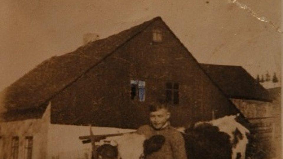 Emil Herold jako kluk před domem č. 75