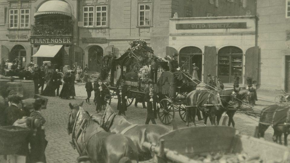 Snímek z pohřebního průvodu majitele Národní knihtiskárny a Plzeňských listů Jana Roberta Porta, procházejícího 2. prosince 1904 Pražskou a Poděbradovou ulicí v Plzni