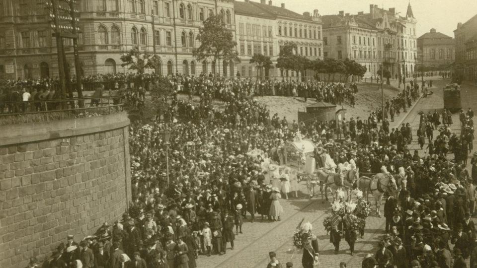 """Fotografie z pohřebního průvodu malého Jaroslava Vališe, zastřeleného 21. 6. 1918 příslušníky 69. uherského pěšího pluku při tzv. """"hladových nepokojích"""" v Plzni na Petrohradě"""