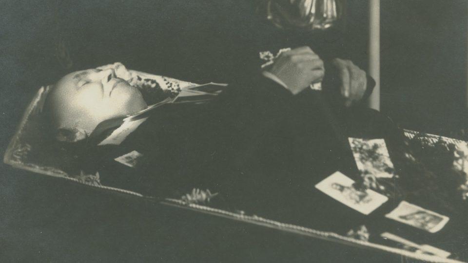 Posmrtná fotografie ředitele školy v Doubravce Václava Huttera z března 1926