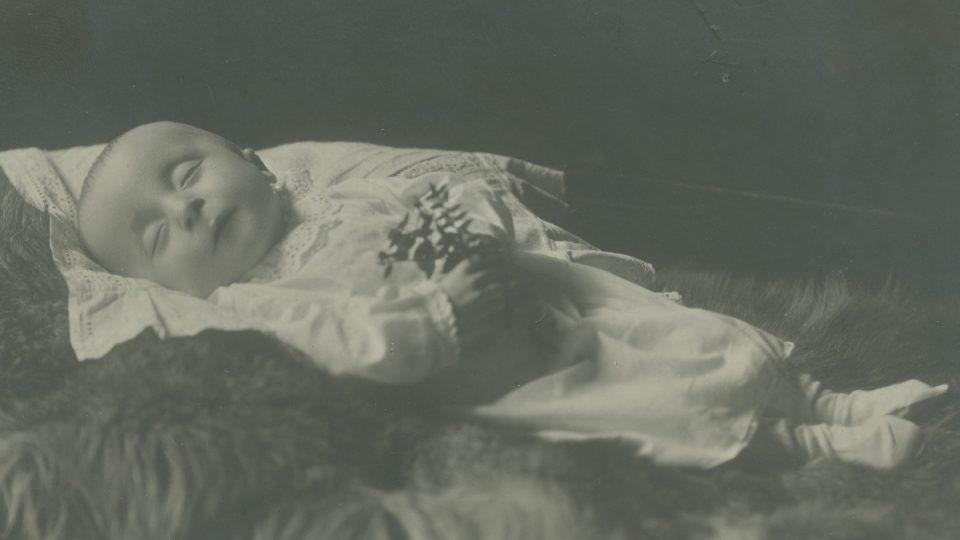 Fotografie neznámého novorozeňátka, 30. léta 20. století
