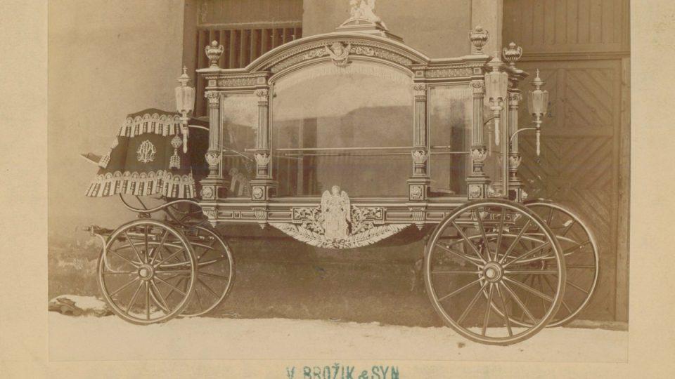 Pohřební vůz zhotovený pro plzeňskou městskou obec firmou Václav Brožík a synové, kolem roku 1890