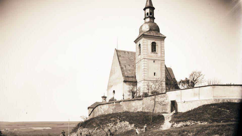 Fotografie zřejmě nejstaršího kostela v Plzni v Doubravce, zasvěceného svatému Jiří. Hřbitovní areál kolem kostela vznikl s největší pravděpodobností již v polovině 11. století. Nedatováno, počátek 20. století