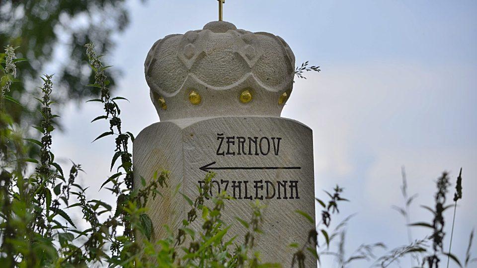 Obnovený hraniční kámen s knížecí korunou