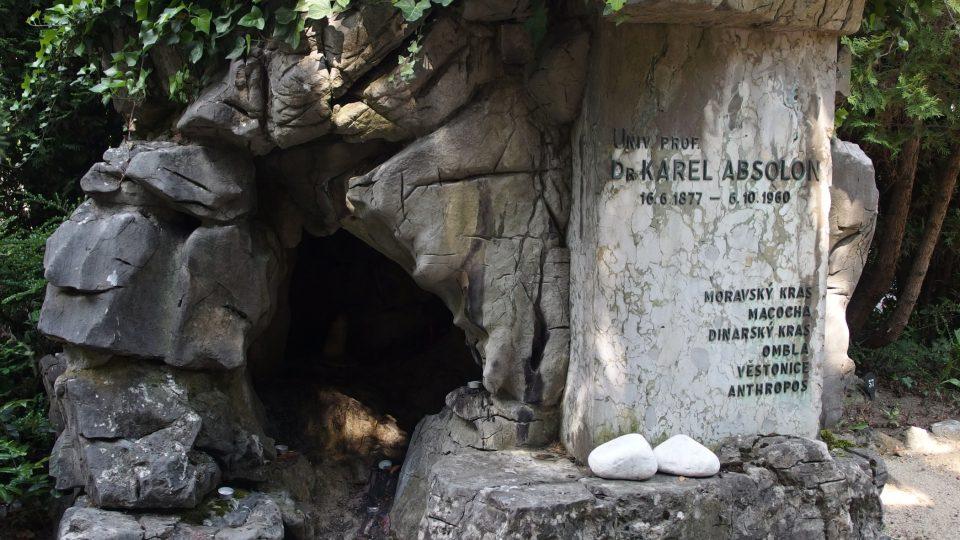 Hrob Karla Absolona má podobu jeskyně