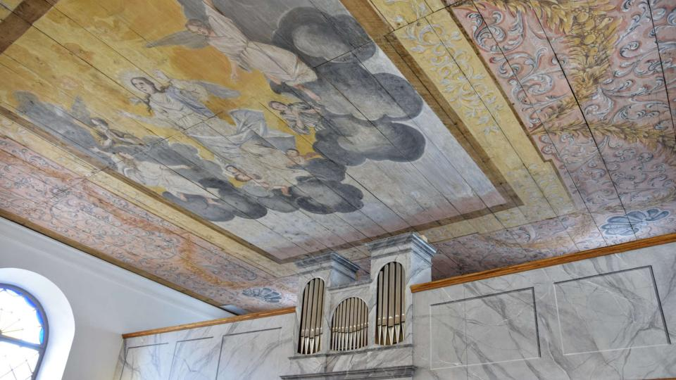 Restaurovaný původní malovaný strop a varhany