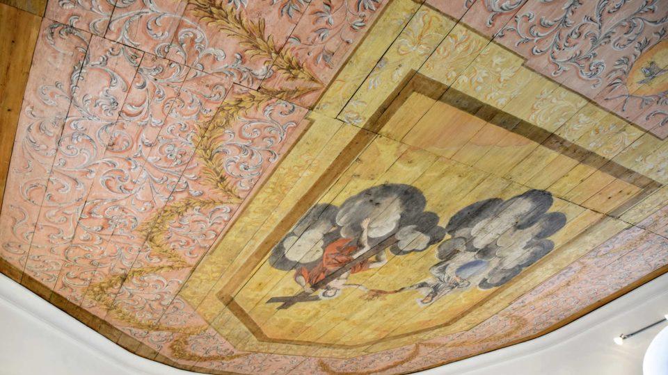 Restaurovaný původní malovaný strop