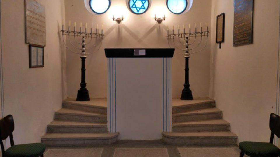 Interiér obřadní síně na židovském hřbitově
