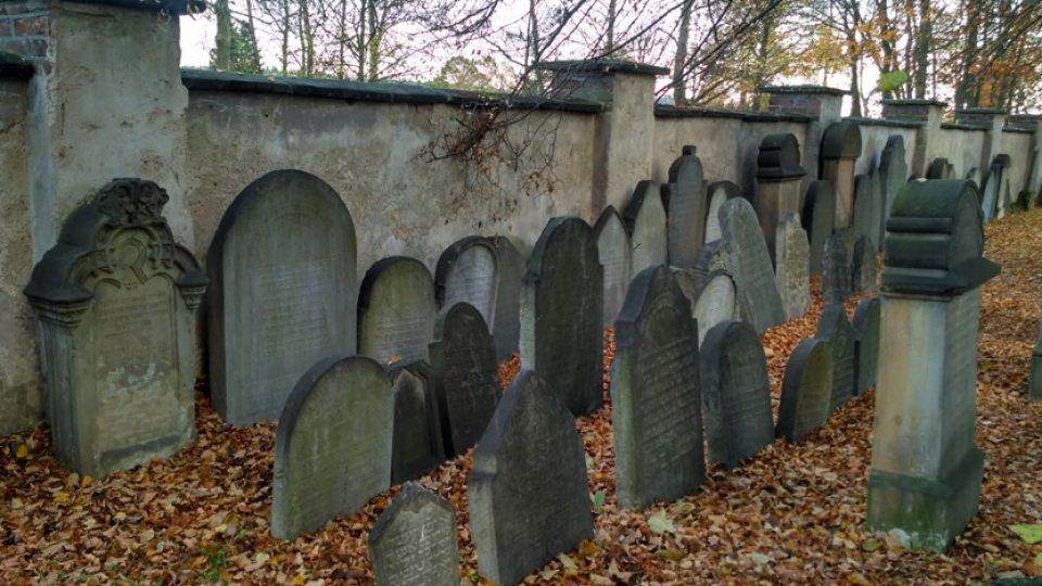Náhrobky ze starého hřbitova jsou uložené u zdi nového
