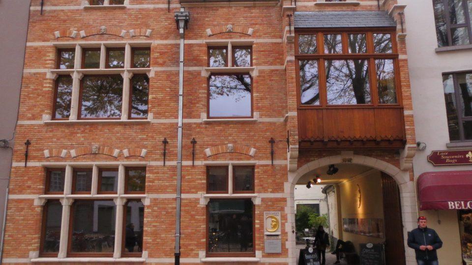 Budova historického pivovaru se nachází v centru Brugg, stáčírna naopak na jejich okraji