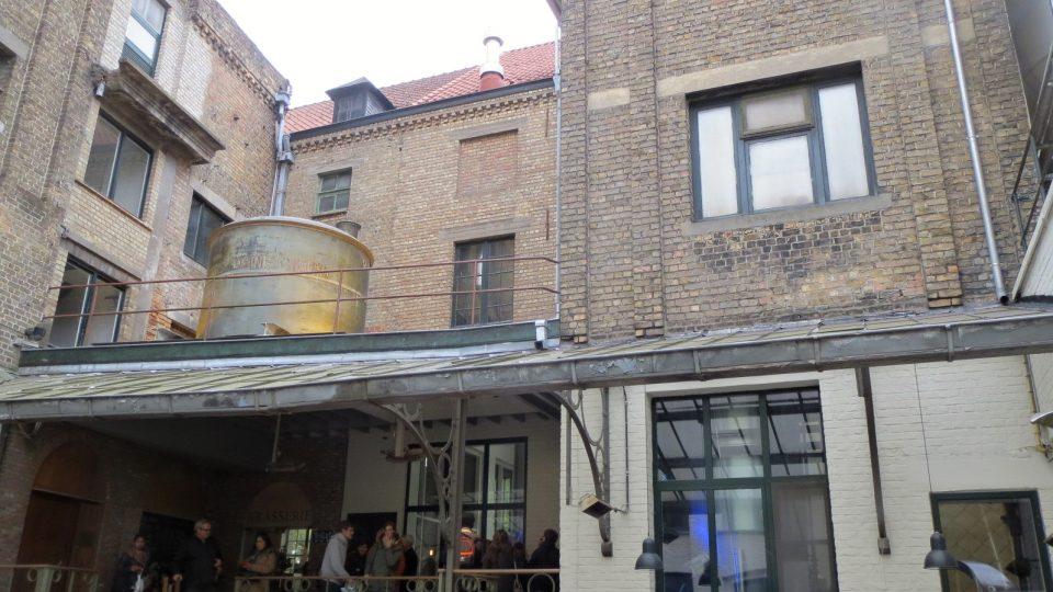 Návštěvníci pivovaru v centru Brugg obdivují nejen chuť místního piva, ale také způsob, jakým se přepravuje