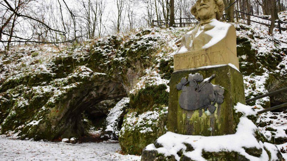 Busta zakladatele Valašského muzea v přírodě Bohumíra Jaroňka před jeskyní Šipka