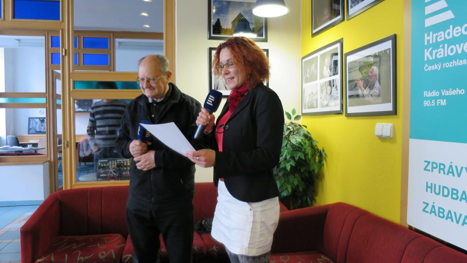 Toxikolog prof. RNDr. Jiří Patočka DrSc. ve studiu Českého rozhlasu Hradec Králové s moderátorkou Lucií Peterkovou
