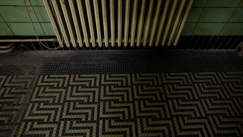 Původní podlahové topení celého nádraží i hotelu je postupně nahrazováno radiátory