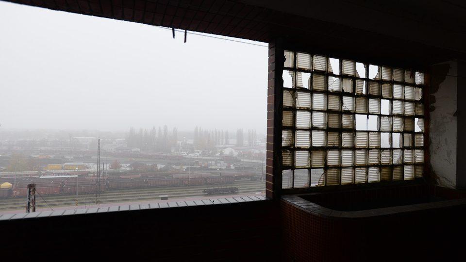 Pohled z hotelového bakónu na perón