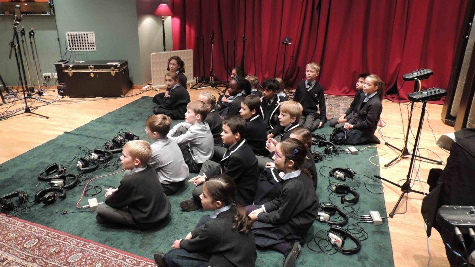 Dětský školní sbor ze soukromé školy Devonshire School při zkoušce v nahrávacím studiu
