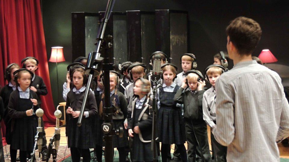 Albert Černý spolu s londýnským školním sborem nahrál píseň Bottom of the jungle