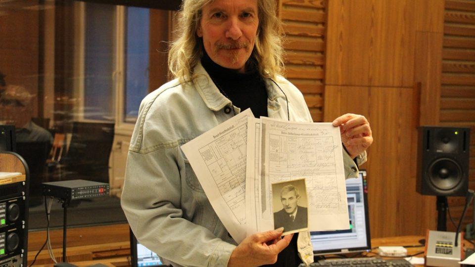 Redaktor Zdeněk Zajíček drží fotografii svého pradědečka Václava Jandy a dokumenty z Ústředního vojenského archivu, které poodhalují válečný příběh