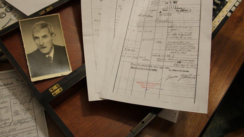 Fotografie Václava Jandy a dokumenty z Ústředního vojenského archivu, které poodhalují jeho válečný příběh