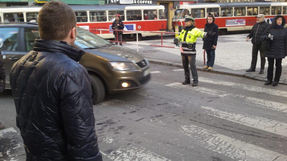 Sokolská ulice na křižovatce s Ječnou uzavřena. Praskl vodovod