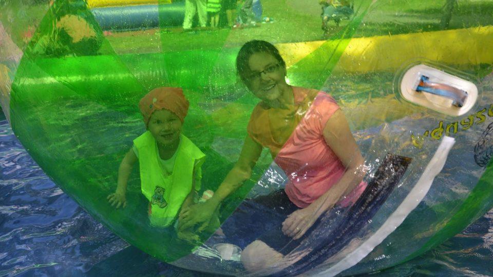 Aquazorbing na zahradě školy